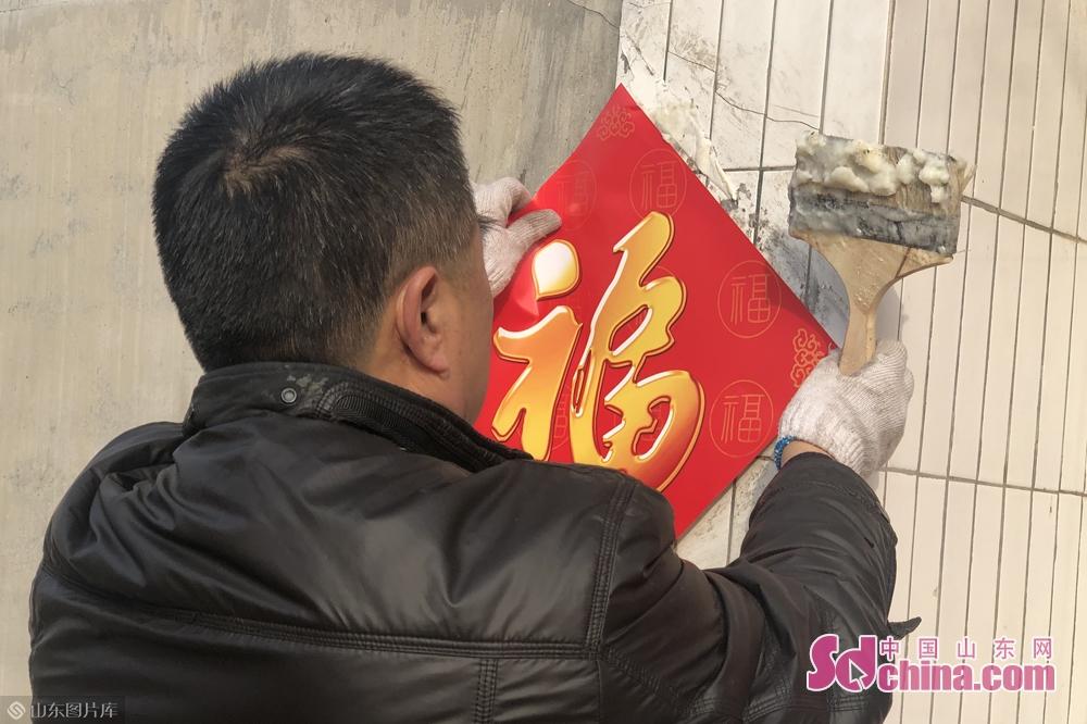 <br/>  除夕当天,无论城市还是农村,家家户户都要挑漂亮的红春联贴于门上,辞旧迎新,增加喜庆的节日气氛。<br/>