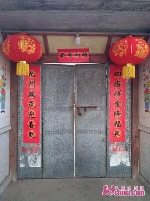 <br/>  胶东农村沿袭了古老的传统,每年除夕贴春联、挂灯笼,从中午就开始筹备年夜饭。<br/>