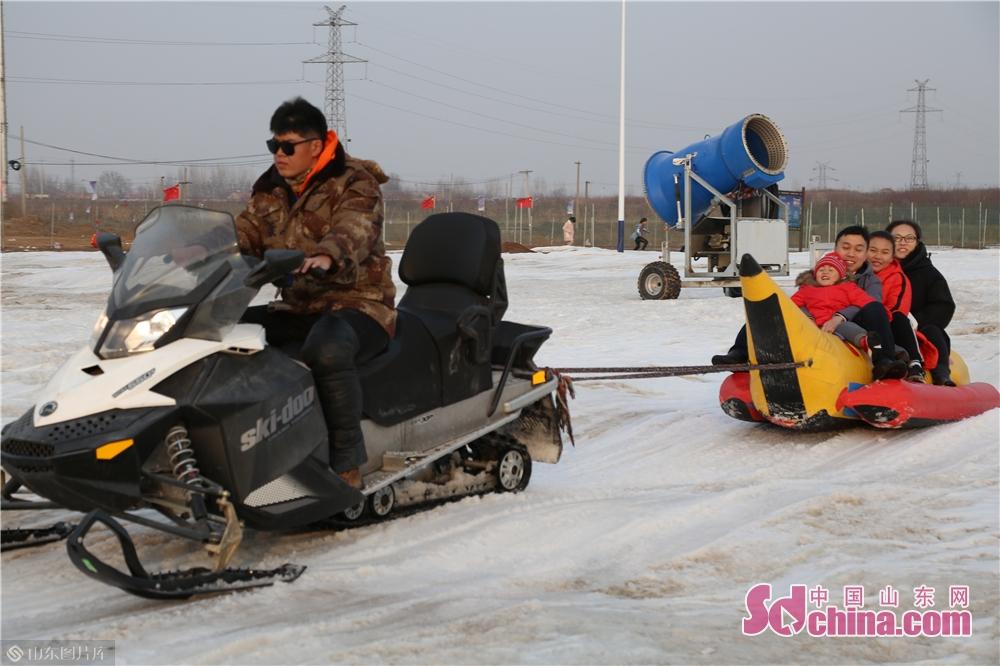 <br/>  1月1日开门纳客的华安冰雪奇缘大型亲子主题嬉雪乐园,是本届迎春灯会的联动旅游项目之一。<br/>