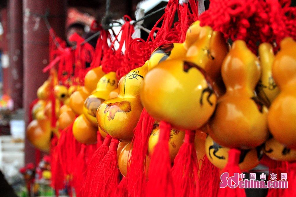 <br/>  景区内文旅纪念品葫芦洋溢着节日的喜庆气氛。<br/>