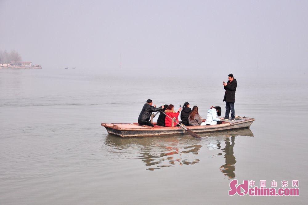 <br/>  游人泛舟湖上。<br/>