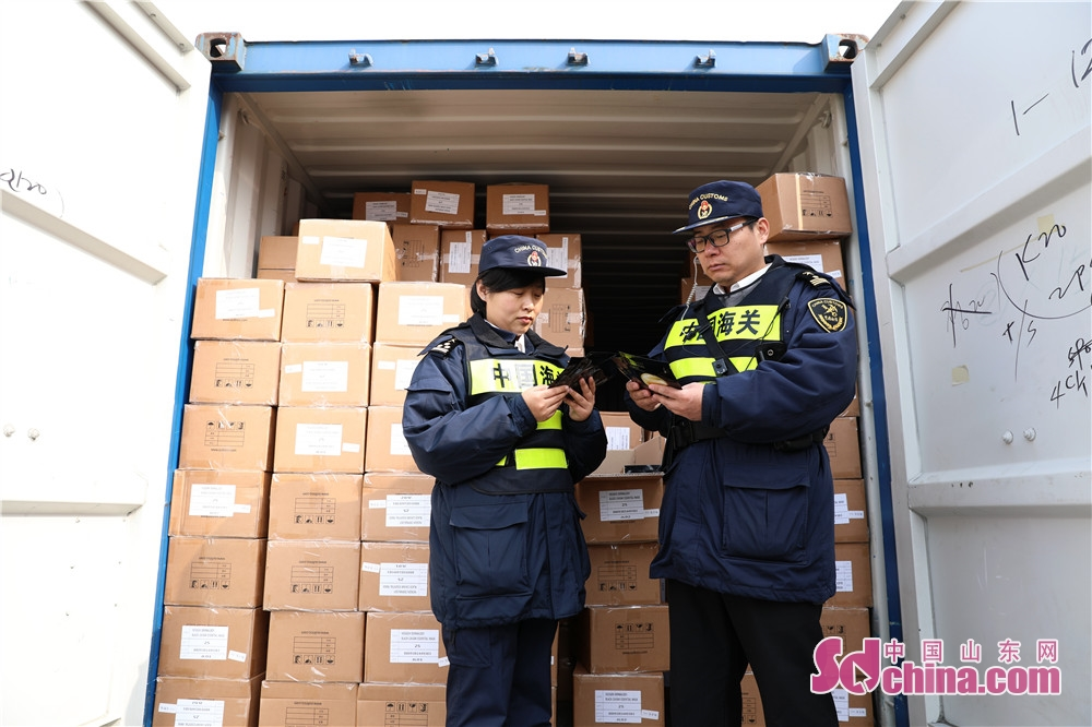 <br/>  2月27日,山东荣成海关执法人员在检查含有濒危动物成份&ldquo;鲟鱼子酱&rdquo;的进口化妆品。