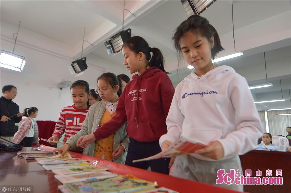 <br/>  3月12日,青岛立新小学的学生在植树节&amp;ldquo;书香换花香&amp;rdquo;活动中捐出自己的课外读物。<br/>