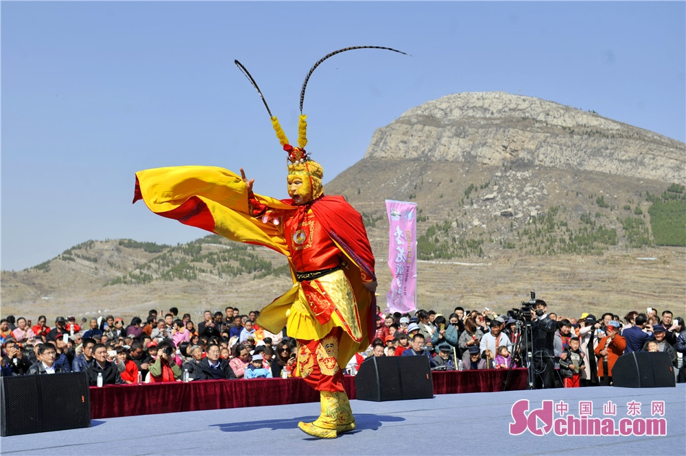 An artist gives performance in celebration of the Apricot Blossom Tourism Festival in Sishui County in Jining, east China&rsquo;s Shandong Province. The Apricot Blossom Tourism Festival kicked off here on Saturday to greet the warm spring.<br/>