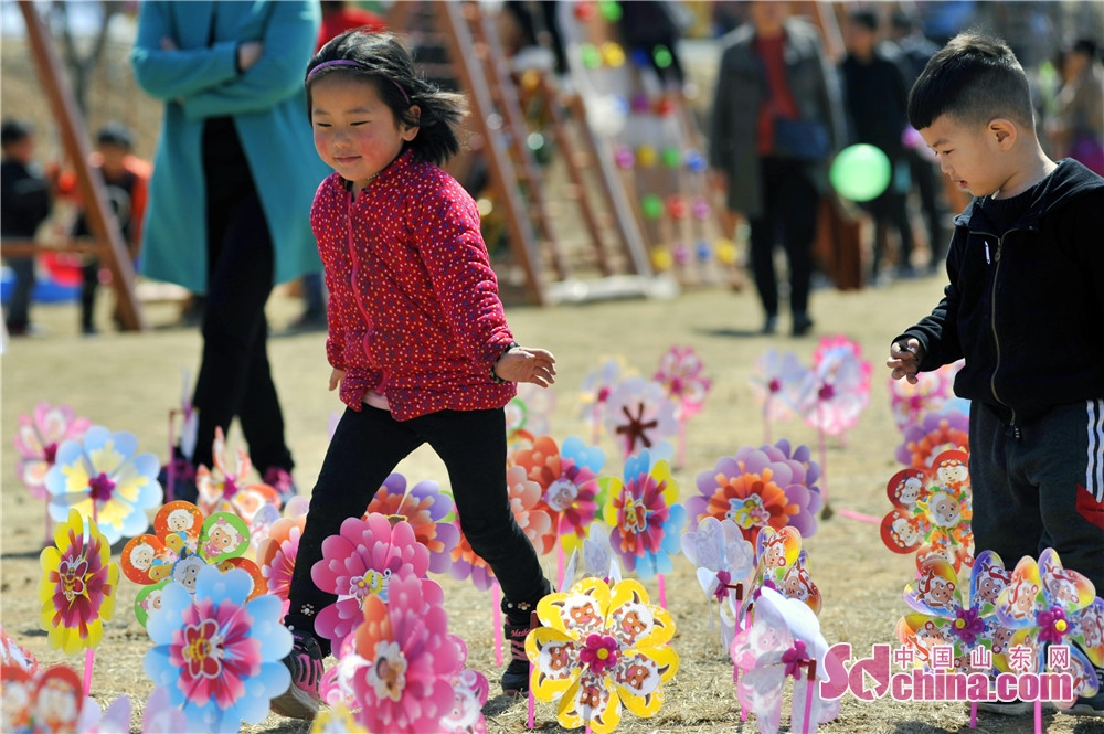 Children play during the opening ceremony of the Apricot Blossom Tourism Festival in Sishui County in Jining, east China&rsquo;s Shandong Province. The Apricot Blossom Tourism Festival kicked off here on Saturday to greet the warm spring.<br/>