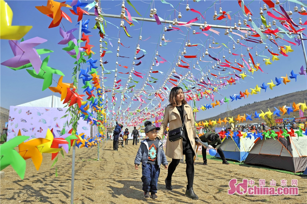 Visitors attend the opening ceremony of the Apricot Blossom Tourism Festival in Sishui County in Jining, east China&rsquo;s Shandong Province. The Apricot Blossom Tourism Festival kicked off here on Saturday to greet the warm spring.<br/>