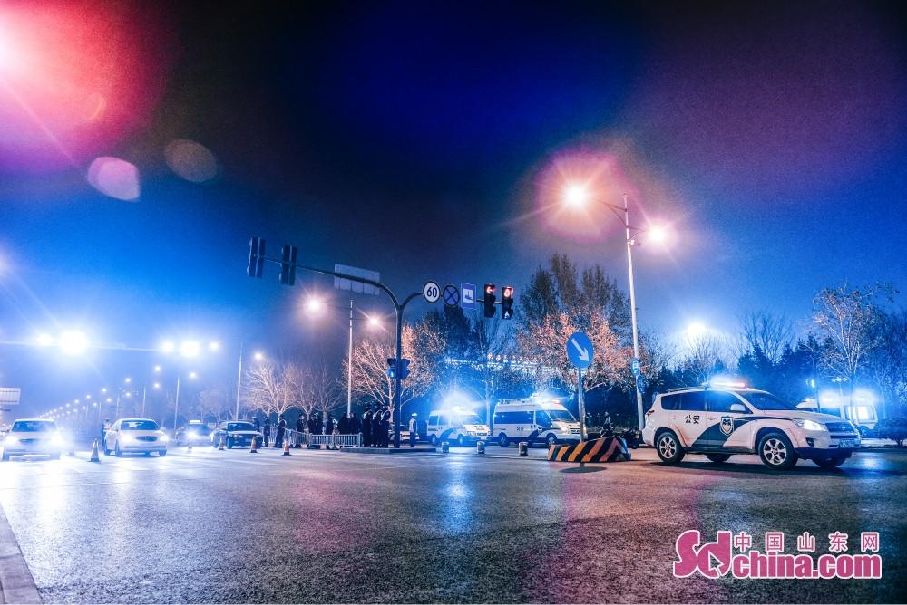 <br/>  3日19时至4日2时,淄博市公安局在全市部署开展了第一次治安夜查集中行动,对治安复杂场所全面清查,在重点路段设卡盘查,对重点单位、要害部位开展安全检查、治安巡查,对各类逃犯集中抓捕,形成强大的打击震慑声势。<br/>