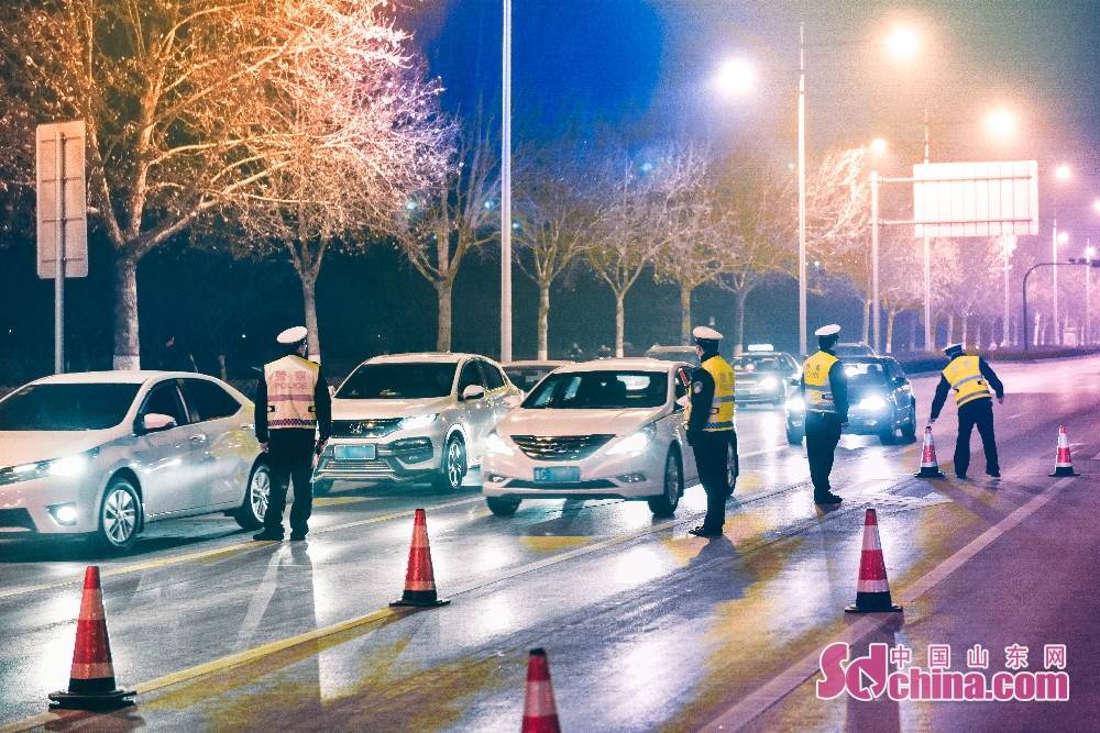 <br/>  淄博市公安局民警进行治安夜查。<br/>
