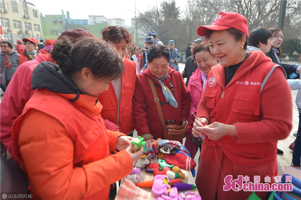 Volunteers teach knitting skills to residents in Qingdao, east China's Shandong province on March 4, 2019. A series of activities was held here on Monday to mark the Lei Feng Day.