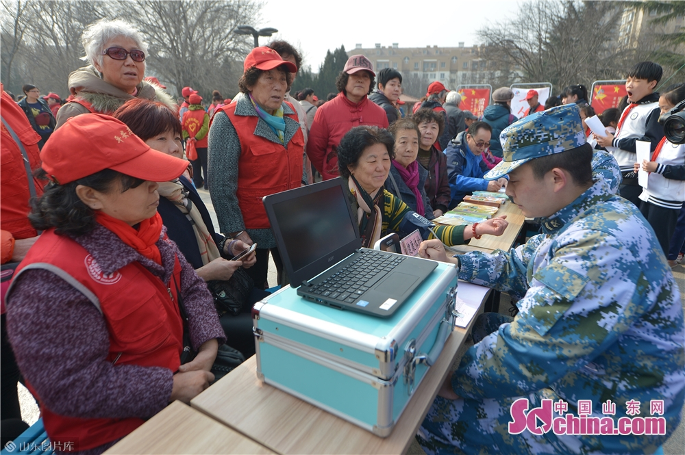 Soldiers of the PLA navy give residents physical examination in Qingdao, east China's Shandong province on March 4, 2019. A series of activities was held here on Monday to mark the Lei Feng Day.<br/>