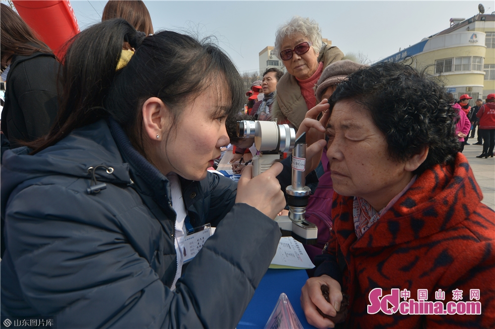 A volunteer examines a resident&amp;rsquo;s eye in Qingdao, east China&amp;rsquo;s Shandong province on March 4, 2019. A series of activities was held here on Monday to mark the Lei Feng Day.<br/>