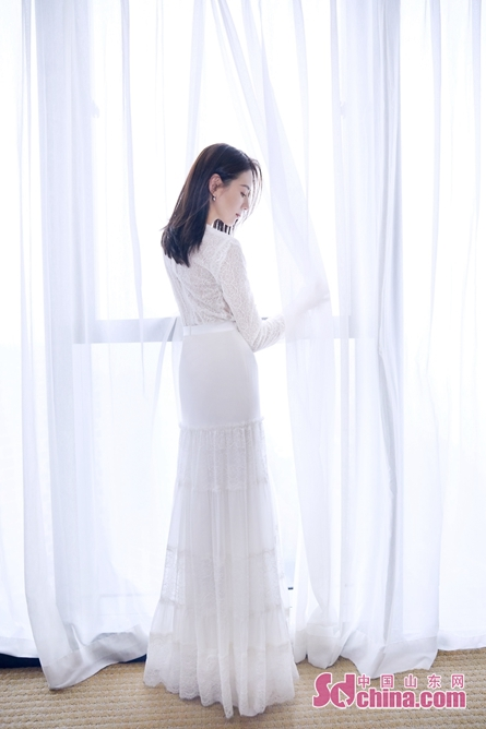 <br/>  董洁一袭白色长裙优雅亮相,高腰设计映衬完美腰身。长裙半镂空的设计与纯色花纹简单却不单调,搭配款式简约的珠宝配饰,更衬董洁温柔端庄的娴静气质,属于东方女性的独特美感由内而外散发,令人过目难忘。<br/>