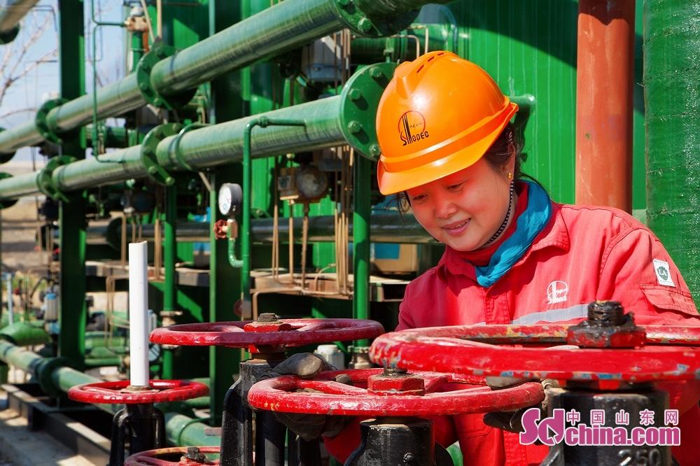 今天是&amp;ldquo;三八&amp;rdquo;国际妇女节,中国石化胜利油田东辛采油厂一线女工们在节日期间发扬女性坚韧执着的精神,不怕苦、不怕累、立足荒原,勇于奉献,为采油厂稳油气产量贡献着自己的力量。(摄影/马仁亮)<br/>