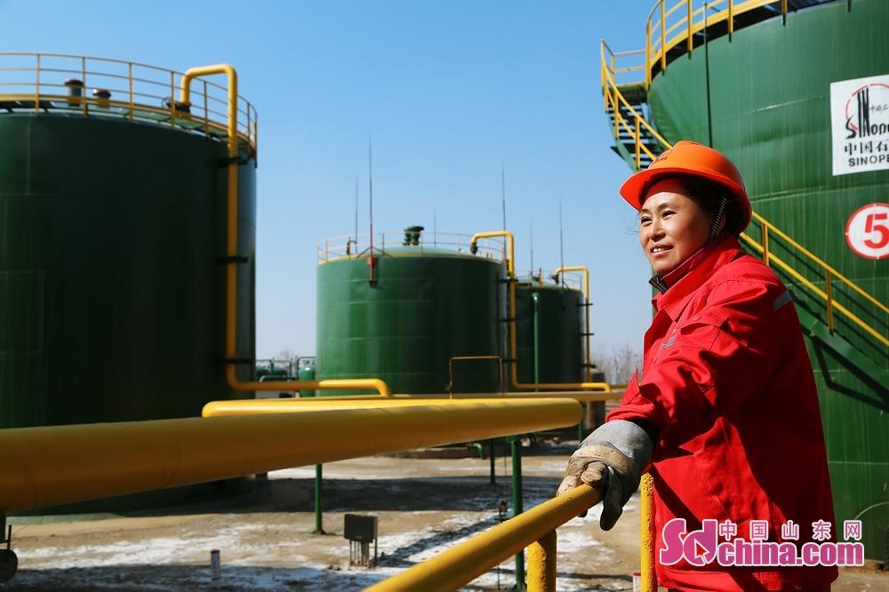女工们在节日期间发扬女性坚韧执着的精神,不怕苦、不怕累、立足荒原,勇于奉献,为采油厂稳油气产量贡献着自己的力量。<br/>