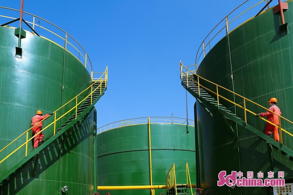 图为正在巡检的采油厂女工。<br/>