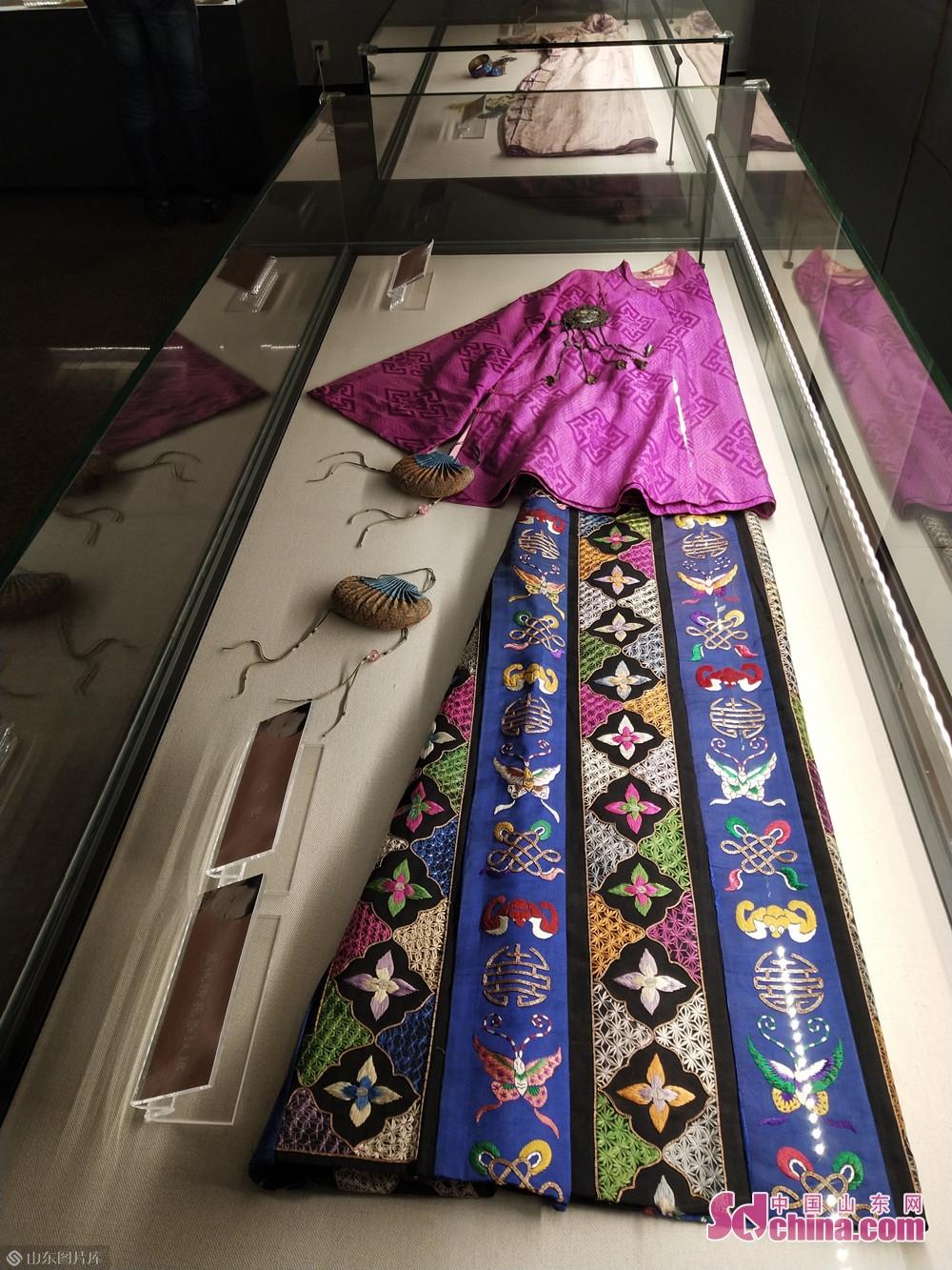 <br/>  为让现代观众感受体会古代、近代女子在传统生活中对时尚的追求,潍坊市博物馆作为潍坊市公共文化服务的主阵地,秉承高质量、高规格、高级别办展理念,突出展览的重要性、学术性、特色性,从女性展览题材进行了大胆尝试,策划打造了《&amp;ldquo;绮罗粉黛&amp;rdquo;中国古代、近代女子妆裳掠影展》,让博物馆的文化成果惠及更多市民,也为潍坊文化名市建设做出了积极贡献。<br/>