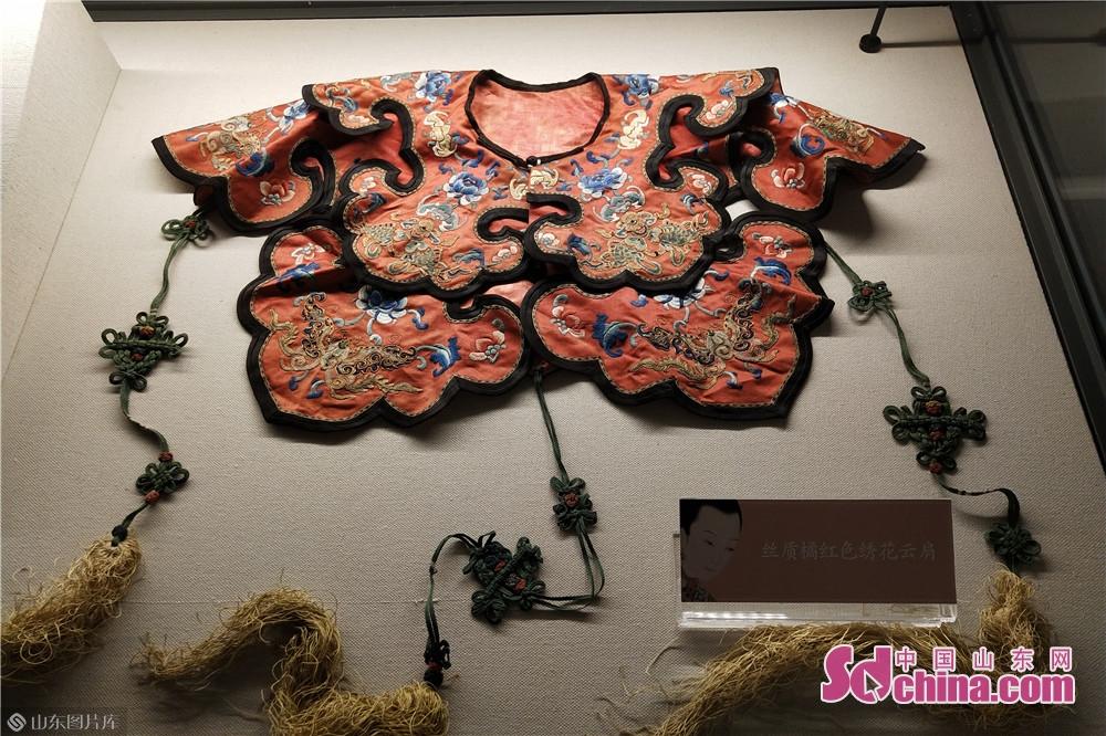 <br/>  该展览是潍坊市首个古代近代女子妆裳特展,以中国古代、近代女性服饰、妆容等为题材,从生活角度呈现女性形象,诠释女性文化,让女性形象回归女性本质。<br/>