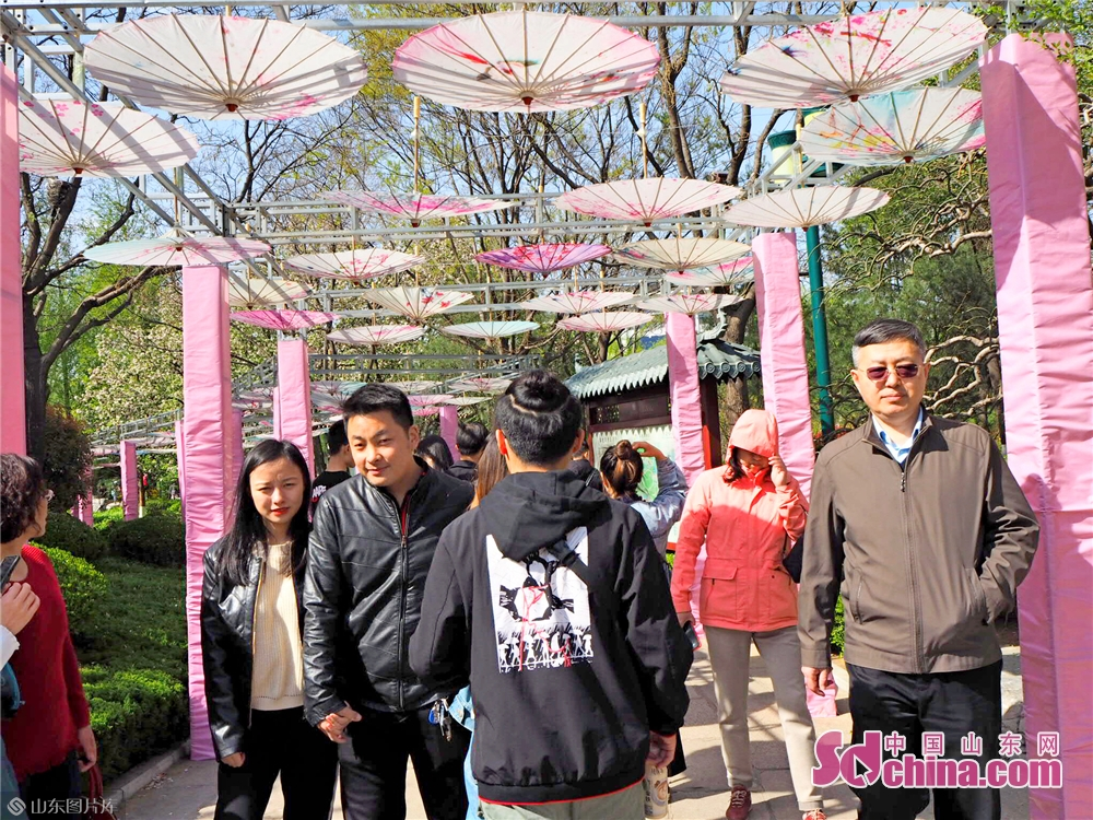 People enjoy the spring scenery in Wulongtan Park in Jinan, Shandong Province on March 30, 2019. The 18th Wulongtan Cherry Blossom Festival has kicked off recently, attracting a large number of tourists to enjoy the flowers.<br/>
