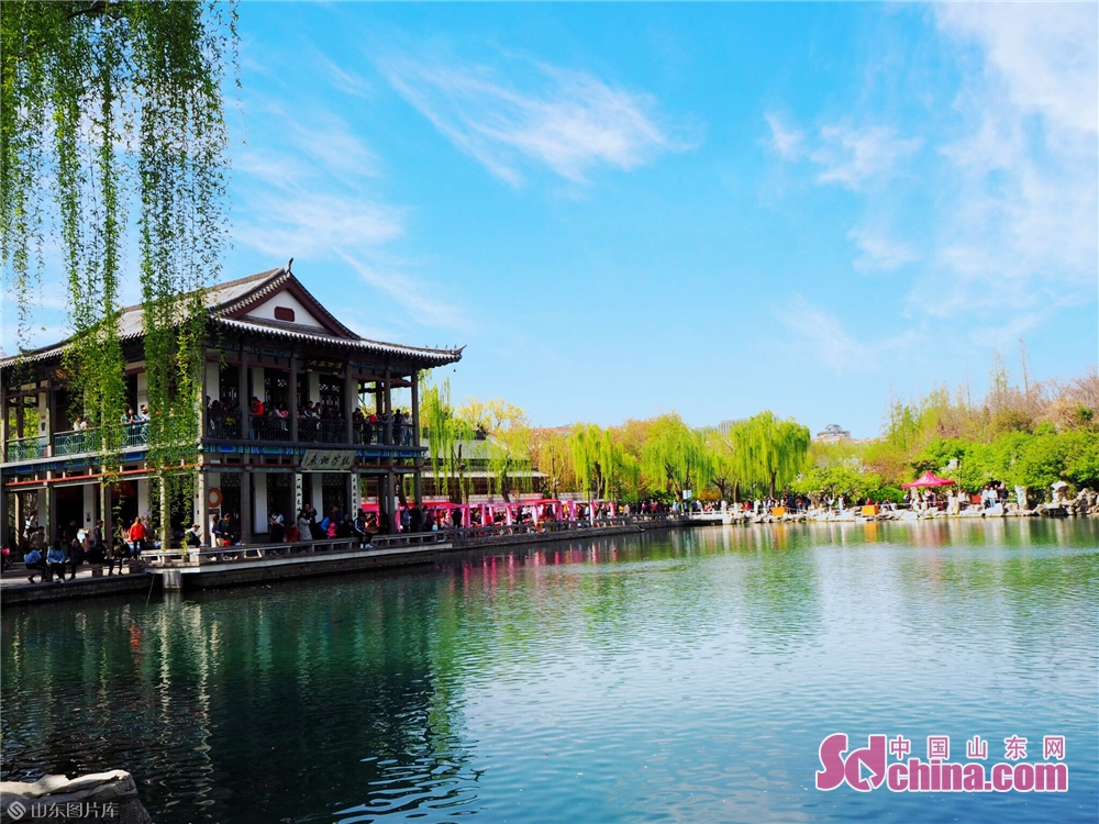 People enjoy the spring scenery in Wulongtan Park in Jinan, Shandong Province on March 30, 2019. The 18th Wulongtan Cherry Blossom Festival has kicked off recently, attracting a large number of tourists to enjoy the flowers. (Photo by Zhang Yuanyuan)<br/>