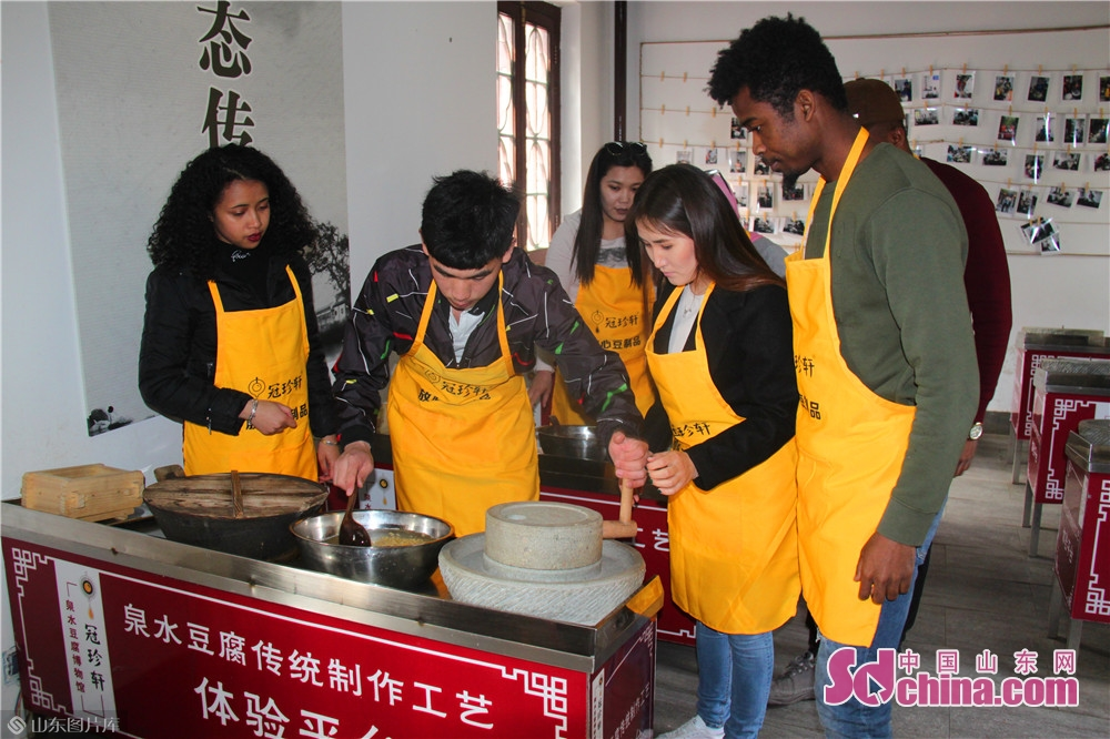 Foreigners prepare the soymilk under the guidance of the staff member of Jinan Spring Tofu Museum in Jinan, capital of China&rsquo;s Shandong Province. Recently, six foreigners from Egypt, Mongolia, Madagascar and Nigeria went to Spring Tofu Museum in Baihuazhou Cultural and Historical Block in Jinan to experience the traditional method of making tofu.<br/>