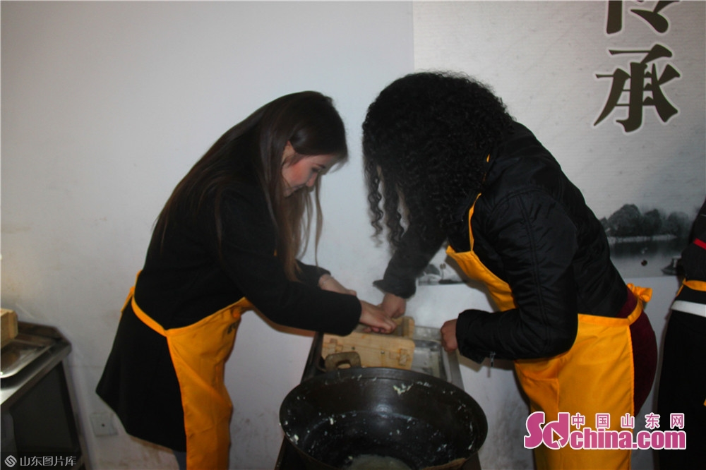 Foreigners make tofu in Jinan Spring Tofu Museum in Jinan, capital of China&rsquo;s Shandong Province. Recently, six foreigners from Egypt, Mongolia, Madagascar and Nigeria went to Spring Tofu Museum in Baihuazhou Cultural and Historical Block in Jinan to experience the traditional method of making tofu.<br/>