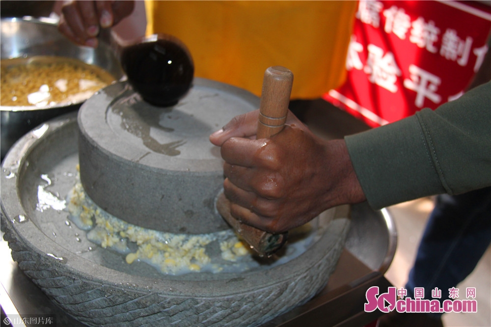 Foreigners use stone mill to make soy milk in Jinan Spring Tofu Museum in Jinan, capital of China&rsquo;s Shandong Province. Recently, six foreigners from Egypt, Mongolia, Madagascar and Nigeria went to Spring Tofu Museum in Baihuazhou Cultural and Historical Block in Jinan to experience the traditional method of making tofu.<br/>