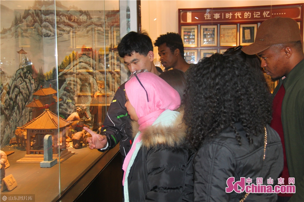Foreigners view the sculptures in Jinan Spring Tofu Museum in Jinan, capital of China&rsquo;s Shandong Province. Recently, six foreigners from Egypt, Mongolia, Madagascar and Nigeria went to Spring Tofu Museum in Baihuazhou Cultural and Historical Block in Jinan to experience the traditional method of making tofu.<br/>