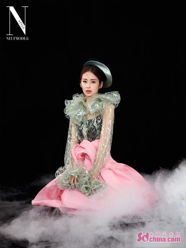 <br/>  大片细节以中国风元素点缀,在红黑为主色系的背景下颖儿展现了超强时尚表现力,优雅与个性兼具,演绎出高级质感。<br/>
