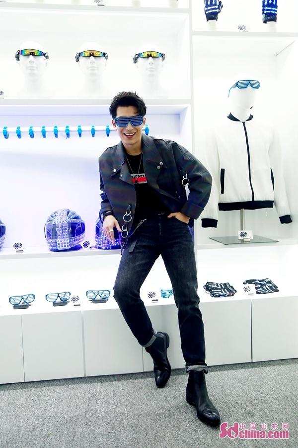 <br/>  近日,窦骁现身某品牌活动,科技感十足的炫酷荧光外套搭配黑色西裤,玩转科技感与艺术感兼具的时尚主义,略显张扬的元素也能轻松驾驭,在未来感十足的空间结构中发挥无限魅力,酷到炸裂!突破创新的穿搭与窦骁敢于打破常规的特质完美契合,彰显率性不羁的独特型格。<br/>