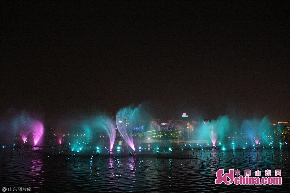 <br/><br/>  &ldquo;泉城夜宴&middot;明湖秀&rdquo;是以泉城浓厚的历史文化和秀丽的自然风光为创作源泉,深入挖掘济南的泉水特色及人文元素,精心打造的一台大型商演水上动态实景表演。<br/>