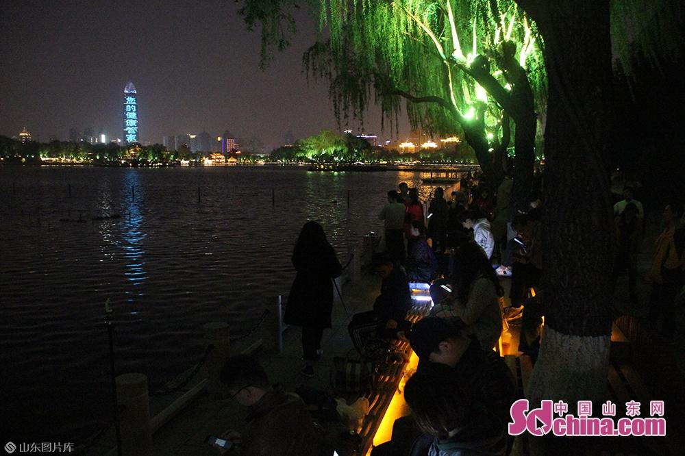 <br/><br/>  通过美轮美奂的灯光秀看济南的夜晚是怎样的一种体验?很多观众都大呼简直太美了!光影前等待拍照的市民游客大排长龙,人潮涌动。<br/>