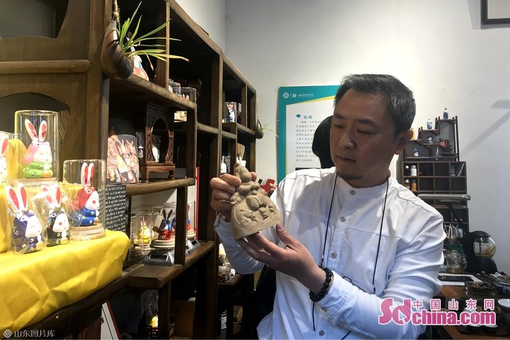 <br/>  杨峰制作的兔子王融入了许多济南本土特色,突出泉城特色的特色,每个兔子王的着装和表情也各不相同,各个憨态可掬,让人爱不释手。<br/>