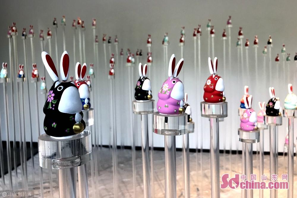 <br/>  杨峰坚持手工制作兔子王已有十几个年头,他期待更多的人喜欢他的兔子王,也希望更多的人了解济南的民间艺术和文化风俗。