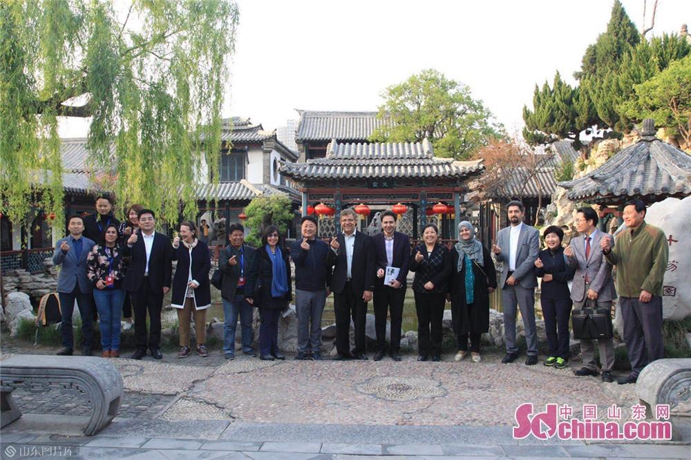 参观十笏园博物馆、风筝博物馆,了解潍坊历史文化,观摩手工艺与民间艺术在社区民众中的运用实践和传习传播。