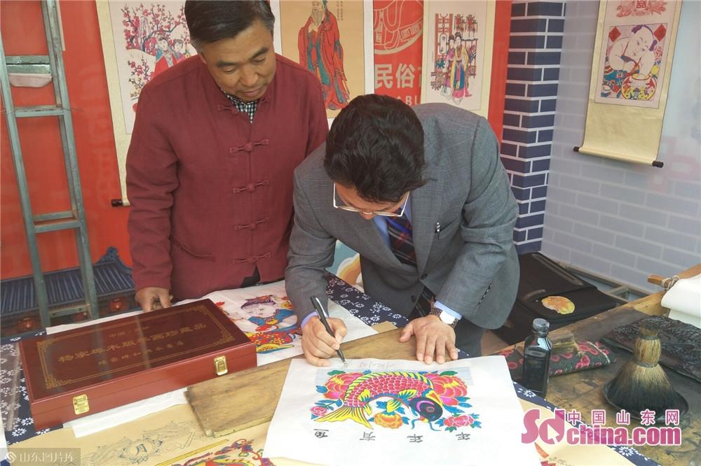 参会城市代表进入杨家埠民间艺术大观园学习体验风筝扎制绘画,观看风筝放飞表演。<br/>