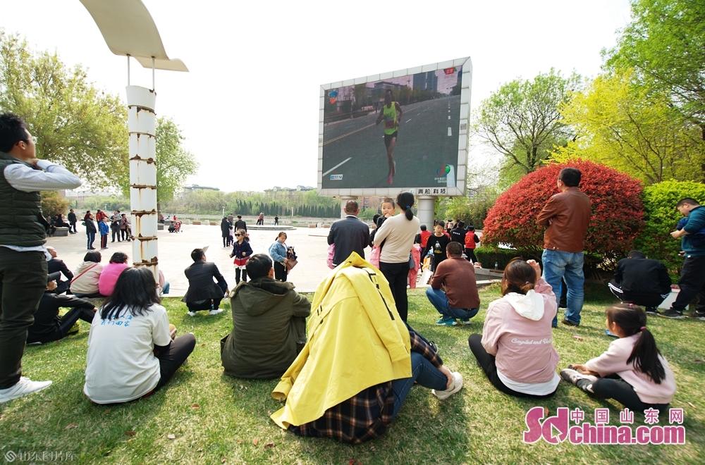 <br/>市民在广场通过大屏幕观看比赛直播<br/>