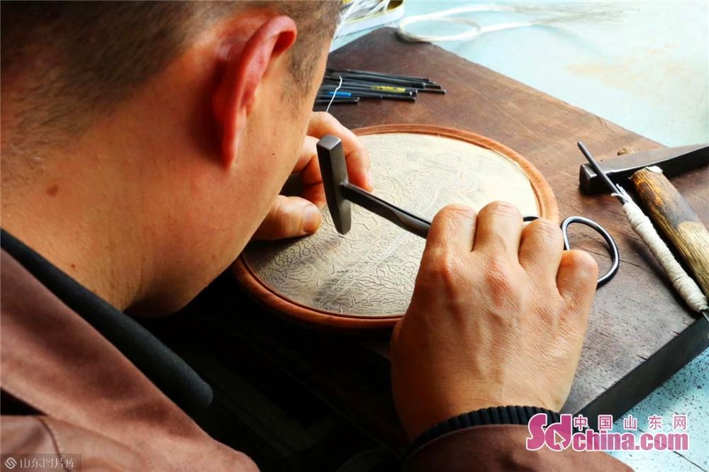 <br/>  潍坊嵌银髹漆技艺有一整套完整复杂的工艺流程,这种手艺通常需要手艺人经过长时间的练习,有真功夫才可以顺利完成。<br/>