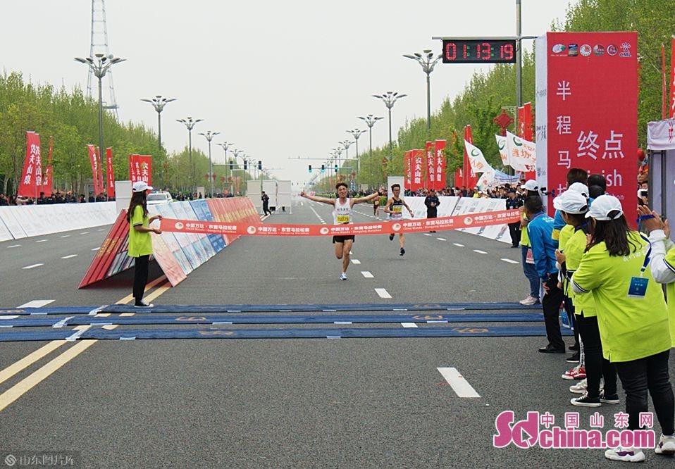 <br/>半程马拉松男子冠军即将冲过终点<br/>