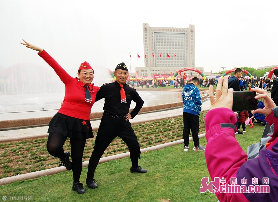<br/>舞者用舞姿表达对这次大赛的喜爱<br/>