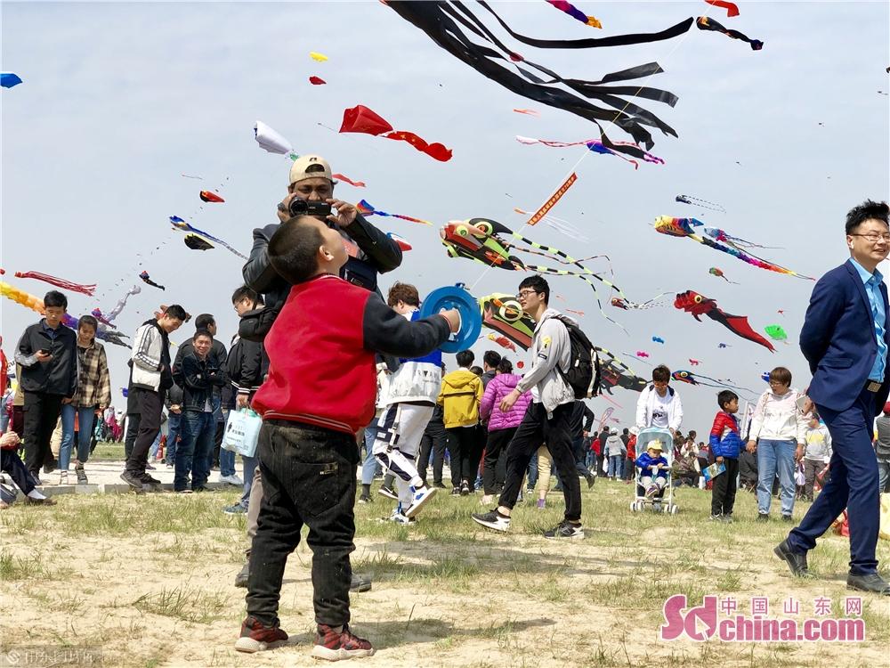 <br/>  小朋友正在放飞风筝。<br/>