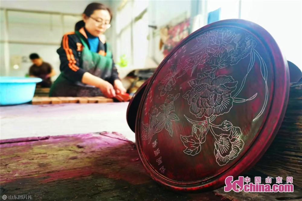 <br/>  红木嵌银就是将金、银等材料,通过熔铸、锻打,拔成细丝,在木质或者金属器物上割出刻有山水、花鸟、人物、文字等纹路的细槽,将金银丝嵌入、砸实,再漆七遍大漆推光而成。<br/>