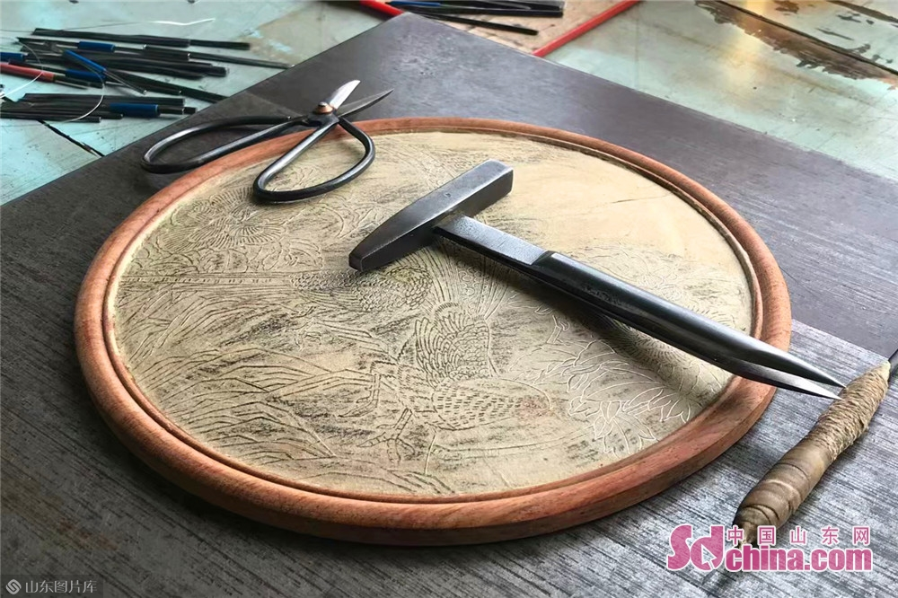 <br/>  潍坊嵌银髹漆技艺流传至今,已有两百多年的历史。作为潍坊特有的传统手工艺品,当前潍坊嵌银髹漆技艺已列入国家级非物质文化遗产保护名录,同时也是潍坊传统技艺中极具观赏性的文化瑰宝。<br/>