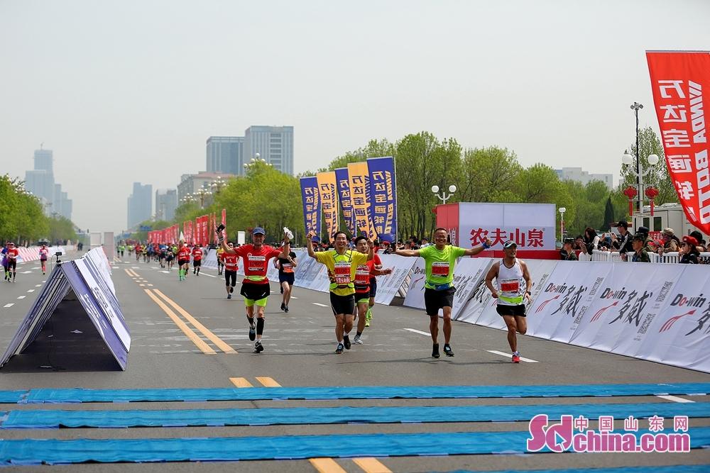 马拉松串起了东营人的记忆,这项运动所带来的体育精神也深深影响了越来越多的体育爱好者。<br/>