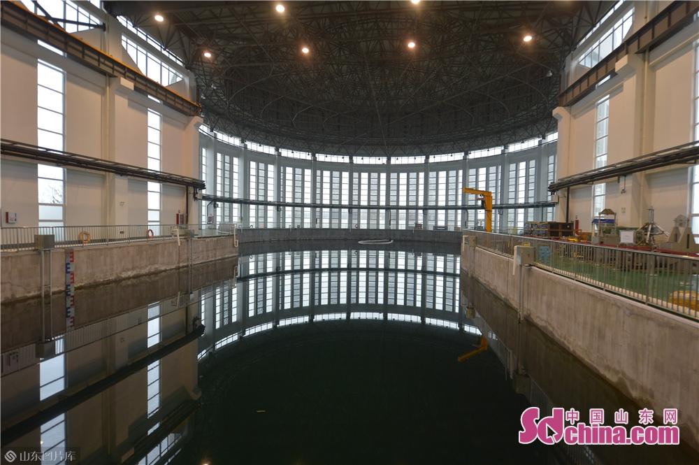 <br/>  4月21日,这是在青岛国家深海基地管理中心拍摄的&ldquo;蛟龙&rdquo;号载人潜水器试验水池。