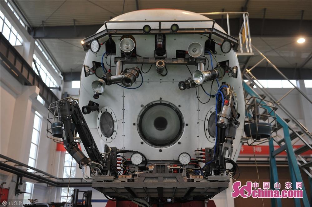 <br/>  4月21日,升级维修后的全新&ldquo;蛟龙&rdquo;号载人潜水器摆放在青岛国家深海基地管理中心。<br/>