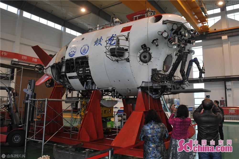 <br/>  4月21日,参观者在青岛国家深海基地管理中心拍摄升级后的&ldquo;蛟龙&rdquo;号载人潜水器。<br/>