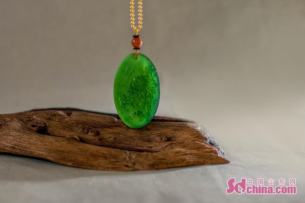<br/>  相比其它矿物成分的泰山石,泰山玉石还具备了玉的品性:温润、晶莹、质地细腻、色彩艳丽。经过雕琢之后,则更能体现其文化特色和工艺之美。<br/>
