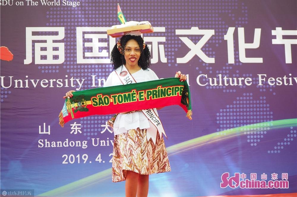 4月26日、国際服飾ファッションショーで、留学生は山東大学のTシャツを展示している。アフガニスタン、パキスタン、ロシア、ラオス、ケニア、カンボジア、ネパールなどの学生はファションショーに参加し、服飾文化の魅力を展示している。<br/>