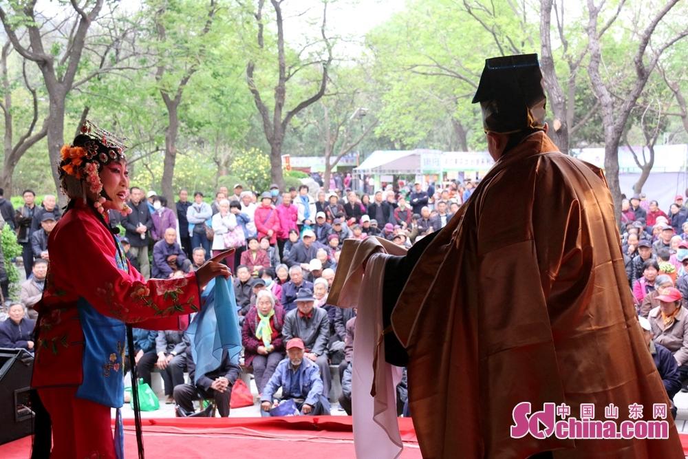 千仏山は芸術グループを招いて、劇曲及び無形文化遺産番組を演じた。<br/>