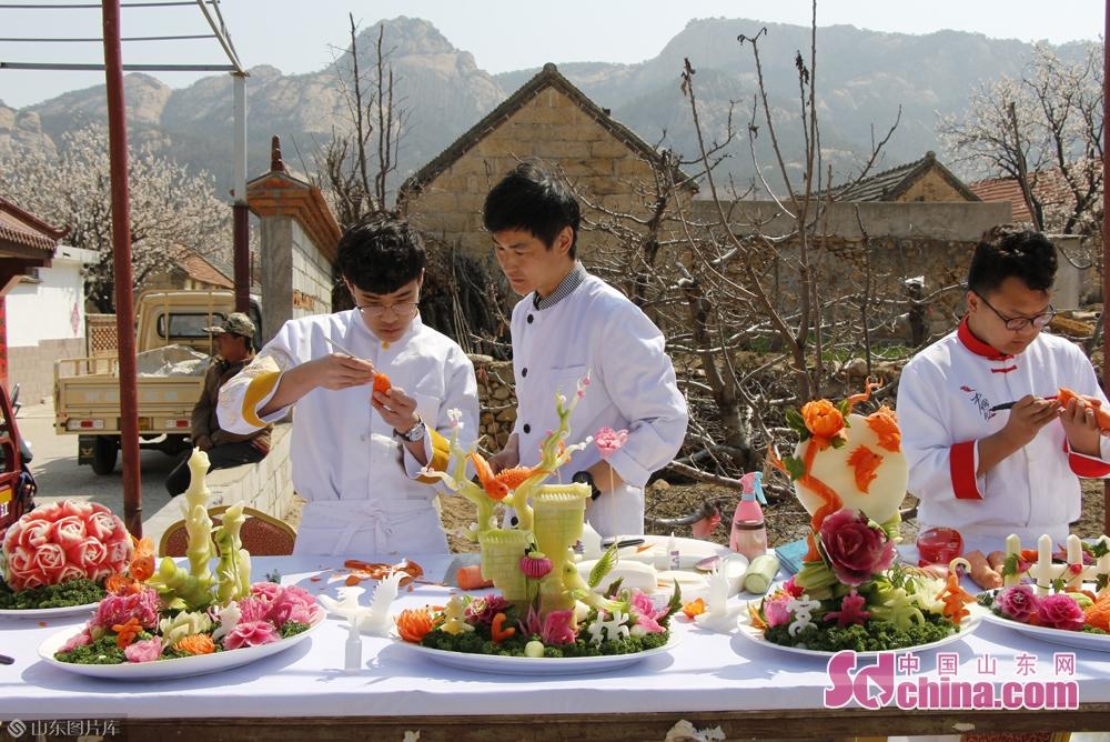 <br/>  活动现场,手工艺人现场展示了精湛的食物雕刻艺术。<br/>